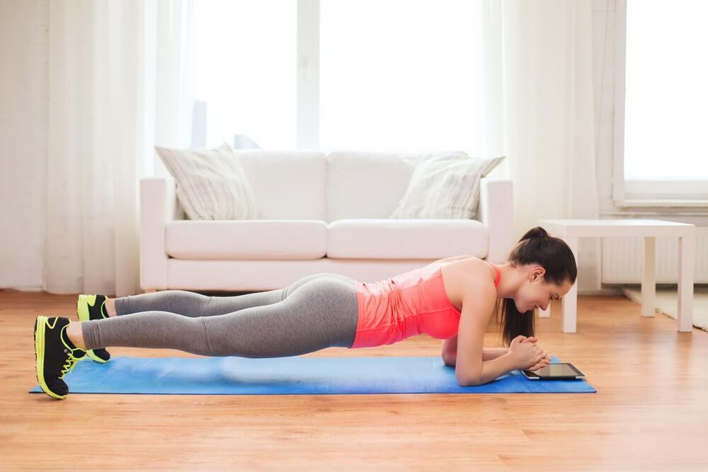 Brze vežbe izdržaja bez upale mišića – 4 izdržaja za ravan stomak i zategnute ruke i noge