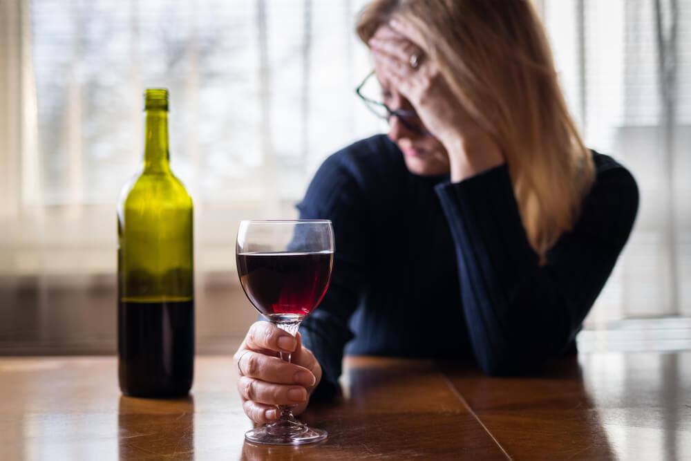 """Od jedne čaše do flaše: Psiholog savetuje žene koje su """"spas"""" od majčinstva pronašle u alkoholu!"""