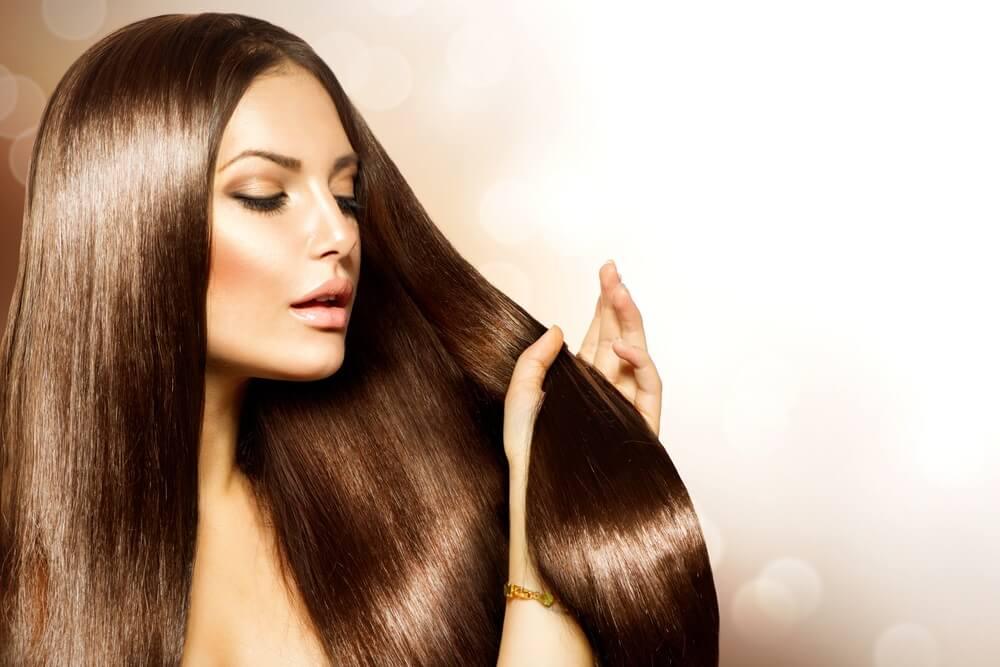 Izgleda kao fenirana: Kako toplim uljem i mlekom da izravnate kosu