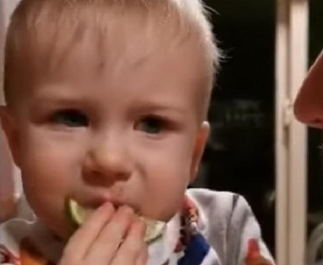 Dečak prvi put probao limun – njegov izraz lica govori sve
