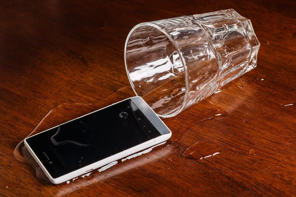 Mobilni telefon vam je upao u vodu? Evo šta može pomoći, a nije pirinač