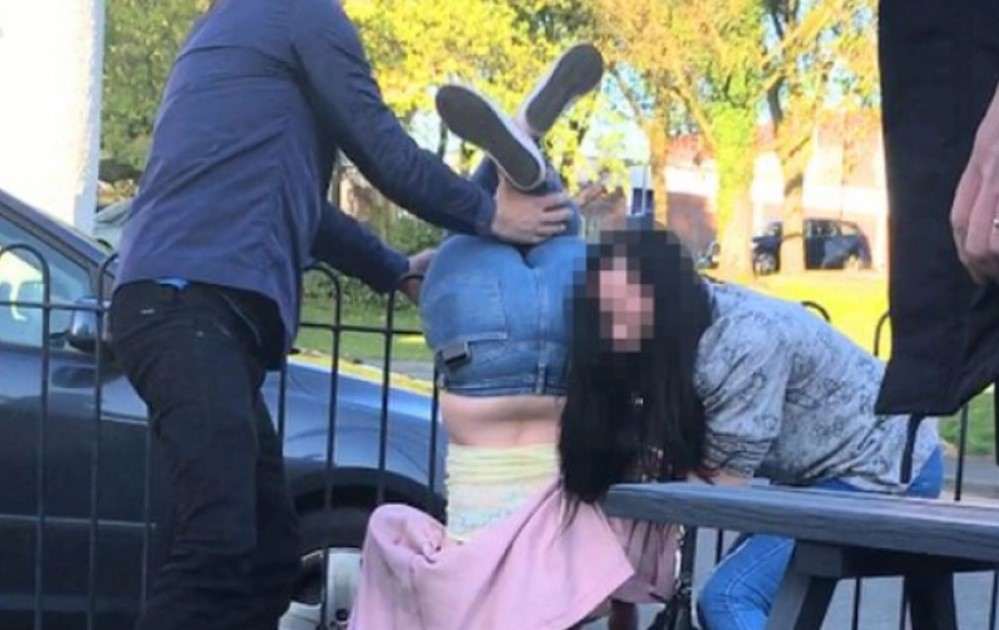 Gosti su se slatko nasmejali kada su ove dve devojke pokušale da uđu u pab