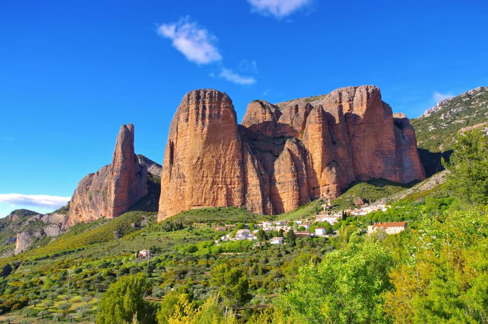 Idilično selo u Španiji u senci velikih stena