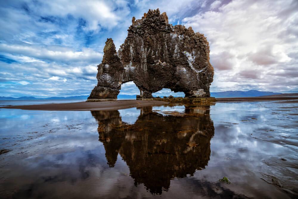 Ovo je Hvitserkur, islandski dinosaurus – neobična formacija koju čuvaju ptice