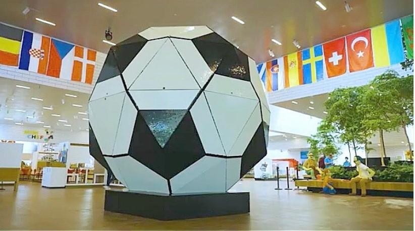 Najveća lopta na svetu napravljena je od lego kocki – šta mislite, koliko ima kockica?