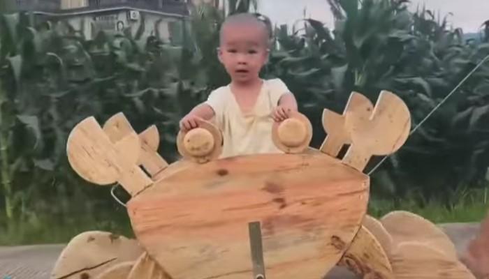 Ono kad ti je deda majstor nad majstorima – ovaj dečak ima najbolje igračke samo za sebe