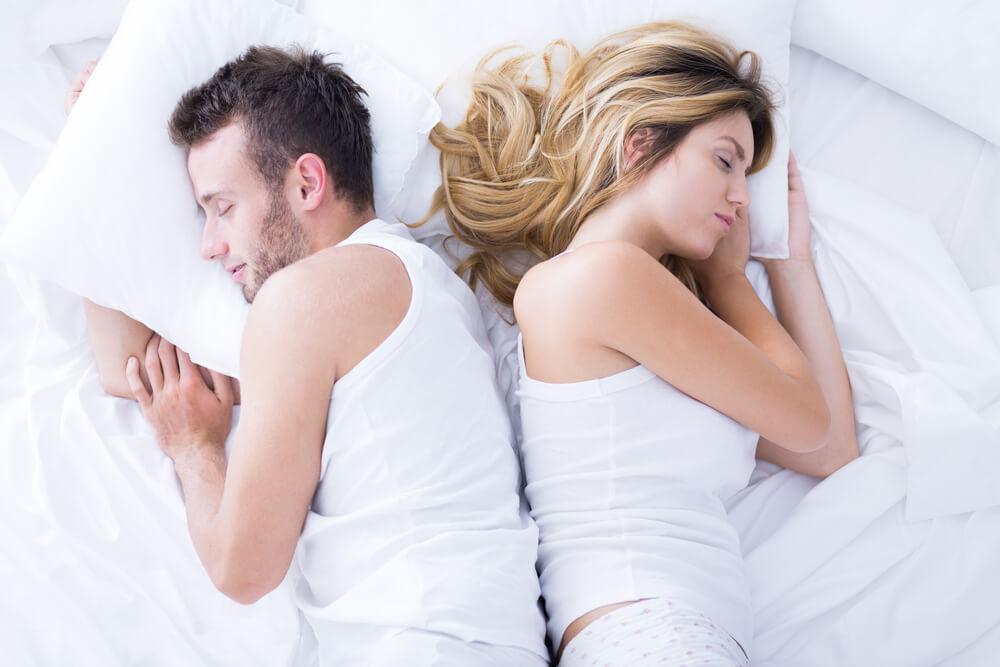 Dodir leđa o leđa – šta ovih pet osnovnih položaja spavanja govori o vezi?