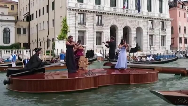 """Da li ste ikada videli ovoliku violinu? """"Nojeva violina"""" je prava atrakcija u Veneciji"""