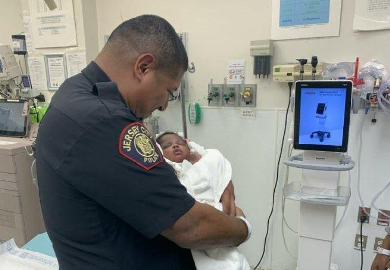 Fotografija meseca – Policajac uhvatio bebu bačenu sa balkona i postao heroj grada